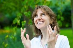 Het glimlachen het portret van de middenleeftijdsvrouw Royalty-vrije Stock Afbeeldingen
