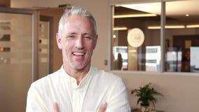 Het glimlachen het toevallige zakenman omhoog beduimelt doen stock video