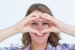 Het glimlachen hipster doend hartvorm met haar handen Stock Afbeeldingen
