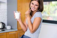 Het glimlachen huisvrouw het ontspannen in keuken Royalty-vrije Stock Afbeelding