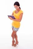 Het glimlachen jong brunette met een tabletpc Stock Fotografie