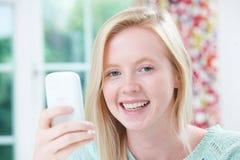 Het glimlachen Jong de Tekstbericht van de Vrouwenlezing royalty-vrije stock foto's