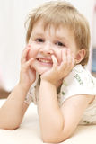Het glimlachen jong meisjesportret Stock Afbeeldingen