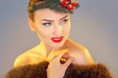Het glimlachen jonge mannequin met kroon op hoofd die weg binnen eruit zien stock foto
