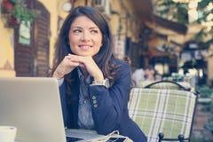 Het glimlachen jonge vrouw het luisteren muziek bij koffie Royalty-vrije Stock Foto