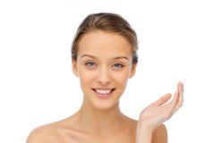 Het glimlachen jonge vrouwengezicht en schouders Royalty-vrije Stock Afbeelding