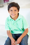 Het glimlachen Jongenszitting op Bank royalty-vrije stock foto