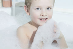 Het glimlachen Little Boy in Bath.Funny-Kind in Schuim Royalty-vrije Stock Foto's