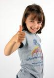 Het glimlachen meisje het geven beduimelt omhoog Stock Foto's