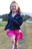 Het glimlachen meisje het lopen Royalty-vrije Stock Afbeeldingen