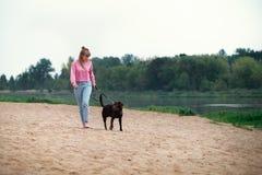 Het glimlachen meisje het ontspannen met hond Plaats voor tekst royalty-vrije stock fotografie