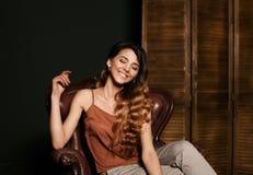 Het glimlachen meisjesgezicht Modieus portret van modieus meisje met mooie glimlach Glimlachend schitterend meisje met perfecte s stock afbeelding