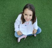 Het glimlachen meisjeslezing royalty-vrije stock foto