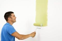 Het glimlachen mens het schilderen. stock afbeeldingen