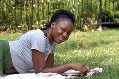 Het glimlachen met een boek Royalty-vrije Stock Afbeeldingen