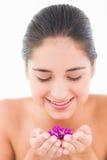 Het glimlachen mooi brunette met bloemen Stock Foto's