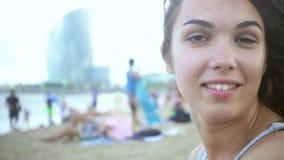 Het glimlachen mooi meisjesgezicht op overzees strand Sluit omhoog van vrouwenportret op strand stock video