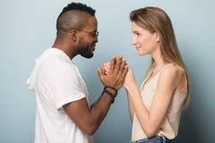 Het glimlachen het multiraciale mensen stellen ge?soleerd op studioachtergrond royalty-vrije stock foto