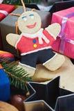Het glimlachen op de achtergrond van de decoratie van de Kerstmispeperkoek Royalty-vrije Stock Afbeeldingen