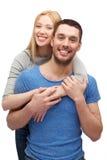 Het glimlachen paar het koesteren Royalty-vrije Stock Afbeeldingen