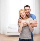 Het glimlachen paar het koesteren Stock Foto's