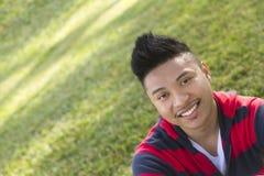 Het glimlachen portret van een jonge mens Royalty-vrije Stock Afbeeldingen
