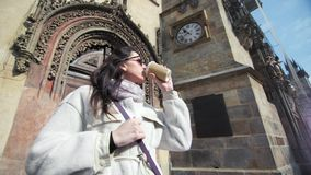 Het glimlachen reisvrouw het bewonderen architectuur het drinken koffiedocument kop middelgroot close-up stock footage