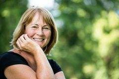 Het glimlachen rijp vrouwen openluchtportret Royalty-vrije Stock Fotografie