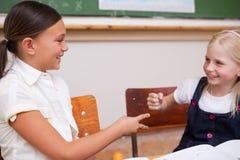 Het glimlachen schoolmeisjes het spelen Royalty-vrije Stock Afbeeldingen