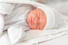 Het glimlachen slaperig babyclose-up in een babywieg royalty-vrije stock fotografie