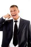 Het glimlachen uitvoerend tonend telefonisch gebaar stock afbeelding