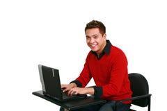 Het glimlachen van Aziatische kerel op laptop royalty-vrije stock afbeeldingen