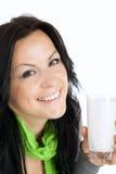 Het glimlachen van de donkerbruine melk van de vrouwenholding over wit Royalty-vrije Stock Fotografie