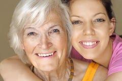 Het glimlachen van de grootmoeder en van de kleindochter stock afbeeldingen