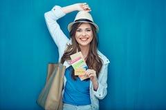 Het glimlachen van de holdingspaspoort van de vrouwenreiziger met kaartje Royalty-vrije Stock Foto
