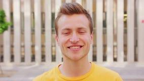 Het glimlachen van de mens emotie stock footage
