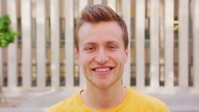 Het glimlachen van de mens emotie stock video