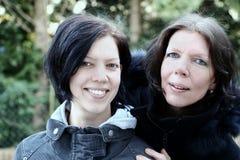 Het glimlachen van de moeder en van de dochter Royalty-vrije Stock Afbeeldingen