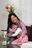 Het glimlachen van de moeder en van het meisje stock foto's
