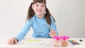 Het glimlachen van de vervenvlinder van de meisjeswaterverf op lijst stock video