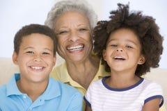 Het glimlachen van de vrouw en van twee jonge kinderen Stock Afbeeldingen