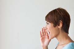 Het glimlachen van gelukkige vrouw, spreekt, schreeuwt, kondigt aan, communiceert Royalty-vrije Stock Foto's