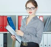 Het glimlachen van het document van de bedrijfsvrouwenholding op klembord Stock Afbeeldingen