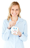 Het glimlachen van het geld van de onderneemsterbesparing in een piggy-bank Royalty-vrije Stock Afbeeldingen