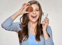 Het glimlachen van het koekje van de vrouwenholding dichtbij oog stock afbeelding