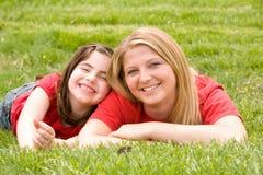 Het Glimlachen van het mamma en van de Dochter stock afbeeldingen