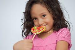 Het glimlachen van jong geitje met suikergoed Stock Fotografie
