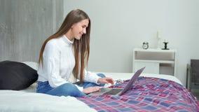 Het glimlachen van jonge freelancervrouw het typen teksten op toetsenbord die laptop het volledige schot van PC gebruiken stock videobeelden