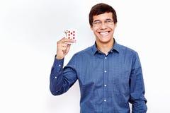 Het glimlachen van kerel met speelkaarten stock fotografie