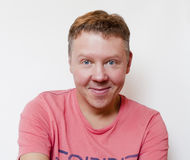 Het glimlachen van kerel in t-shirt Stock Foto's